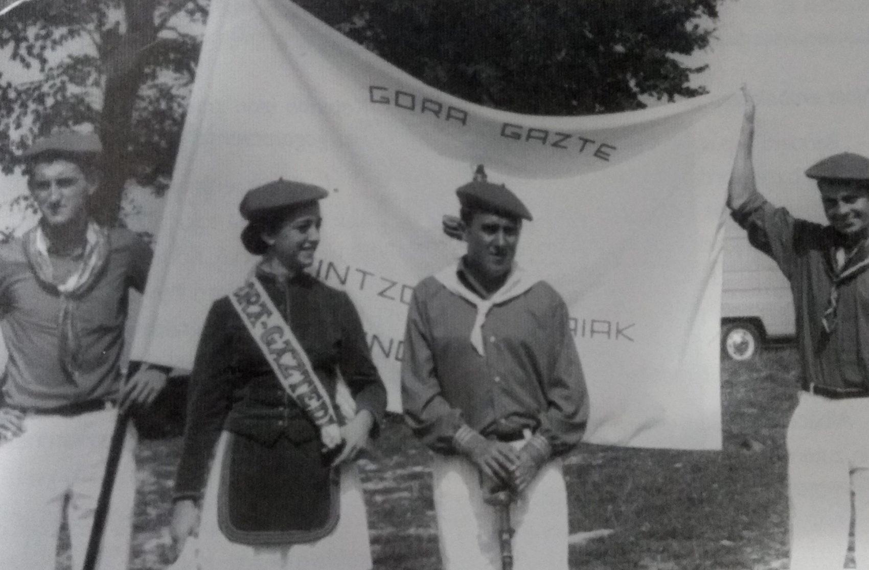 Anutxi Lazkanotegi cantinera y capitán Beñardo Virto, el primer año que salió la nueva bandera.